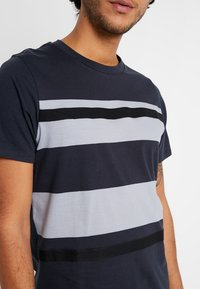 Jack & Jones PREMIUM - JPRBRANDON TEE CREW NECK - Print T-shirt - dark navy - 5