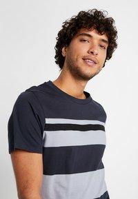 Jack & Jones PREMIUM - JPRBRANDON TEE CREW NECK - Print T-shirt - dark navy - 3