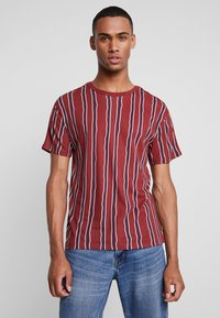 Jack & Jones PREMIUM - JPRAIDEN TEE CREW NECK - Print T-shirt - burnt russet - 0