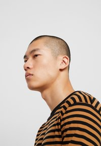 Jack & Jones PREMIUM - JPRHAGUE STRIPE TEE CREW NECK - Top s dlouhým rukávem - black/tobacco brown - 3