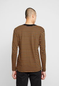 Jack & Jones PREMIUM - JPRHAGUE STRIPE TEE CREW NECK - Top s dlouhým rukávem - black/tobacco brown - 2