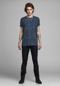 Jack & Jones PREMIUM - KENTON  - Print T-shirt - mood indigo - 1