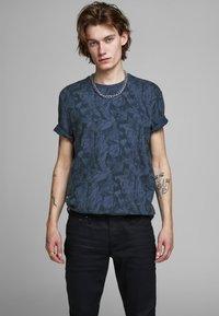 Jack & Jones PREMIUM - KENTON  - Print T-shirt - mood indigo - 0