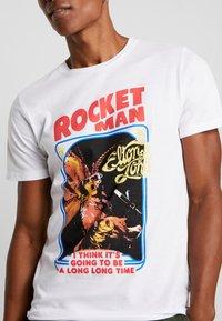 Jack & Jones PREMIUM - JPRROCKETMAN TEE CREW NECK - T-shirts med print - white - 4