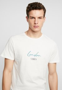 Jack & Jones PREMIUM - JPRLOGAN TEE CREW NECK REGULAR FIT - Print T-shirt - blanc de blanc - 3