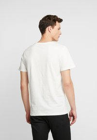 Jack & Jones PREMIUM - JPRLOGAN TEE CREW NECK REGULAR FIT - Print T-shirt - blanc de blanc - 2