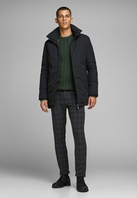 Jack & Jones PREMIUM - Neule - darkest spruce - 1