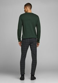 Jack & Jones PREMIUM - Neule - darkest spruce - 2