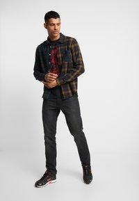 Jack & Jones PREMIUM - JPRGARY TEE CREW NECK - T-shirt med print - black - 1