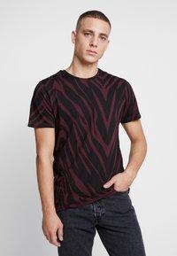 Jack & Jones PREMIUM - JPRSAVANNAH TEE CREW NECK - Print T-shirt - port royale/black - 0