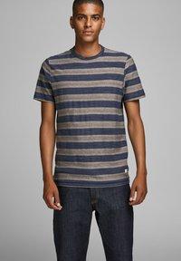 Jack & Jones PREMIUM - STRUKTURSTRICK - Print T-shirt - mood indigo - 0