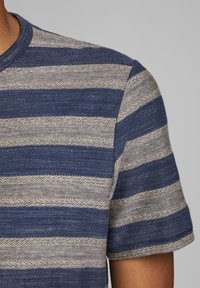 Jack & Jones PREMIUM - STRUKTURSTRICK - Print T-shirt - mood indigo - 4