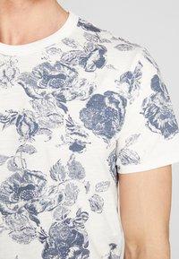 Jack & Jones PREMIUM - JPRCALEB  - T-shirt med print - cloud dancer - 4