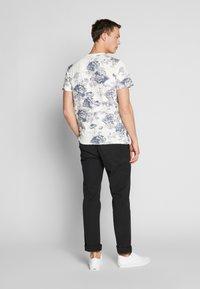 Jack & Jones PREMIUM - JPRCALEB  - T-shirt med print - cloud dancer - 2