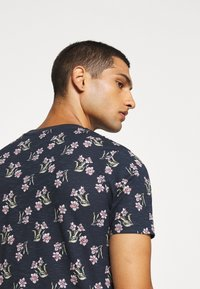 Jack & Jones - JPRHOLIDAY TEE CREW NECK - T-shirt med print - black iris - 4