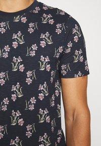 Jack & Jones - JPRHOLIDAY TEE CREW NECK - T-shirt med print - black iris - 6
