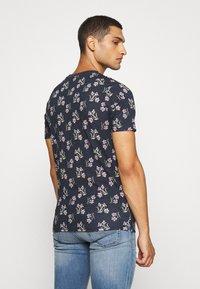 Jack & Jones - JPRHOLIDAY TEE CREW NECK - T-shirt med print - black iris - 2