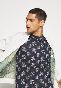 Jack & Jones - JPRHOLIDAY TEE CREW NECK - T-shirt med print - black iris - 3