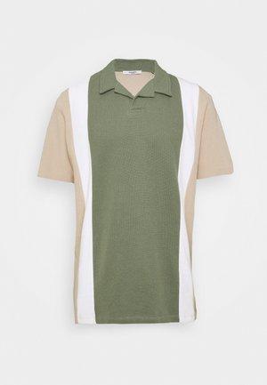JPRHARREM  - T-shirt med print - agave green