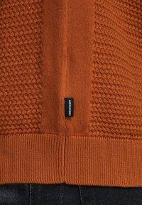 Jack & Jones PREMIUM - JPRPOST CREW NECK - Neule - orange - 4