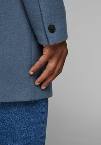 Jack & Jones PREMIUM - JPRCOLLUM - Short coat - china blue - 5