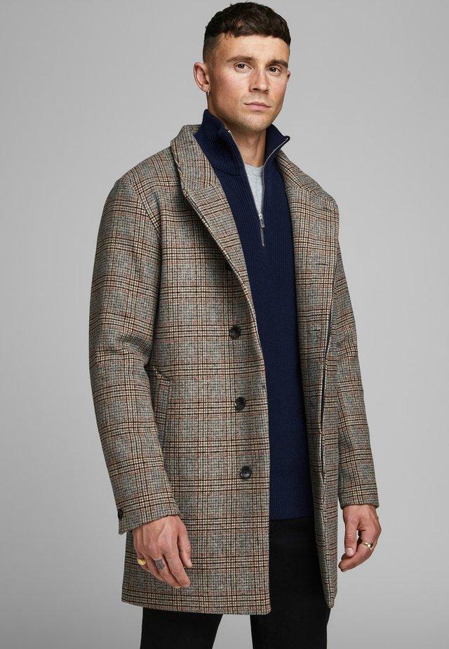 JPRCOLLUM - Short coat - brown stone