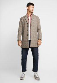 Jack & Jones PREMIUM - JPRMOULDER CHECK COAT - Cappotto classico - brown stone - 1
