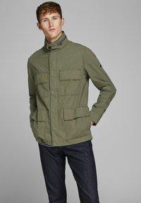 Jack & Jones PREMIUM - RUSTIKALE FELD - Summer jacket - dusky green - 0