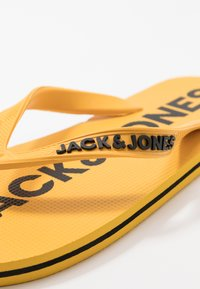 Jack & Jones Junior - JRFLIP FLOP 2 PACK - Boty do bazénu - black/yellow - 6