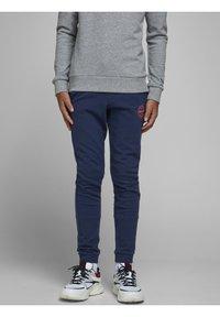 Jack & Jones Junior - JJIGORDON - Pantalones deportivos - navy blazer - 0