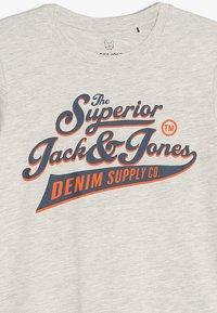 Jack & Jones Junior - JJELOGO TEE CREW NECK - Camiseta estampada - white melange - 3