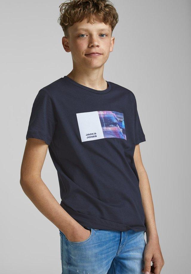 T-shirt med print - sky captain