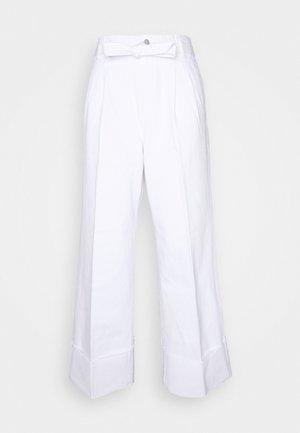 LOUISA HIGH RISE TIE WAIST PANT - Široké džíny - white