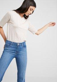 J Brand - VALENTINA HIGH RISE  - Flared jeans - endeavor - 3