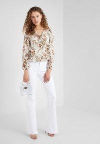 J Brand - VALENTINA - Flared Jeans - blanc - 1