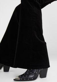 J Brand - VALENTINA - Flared Jeans - black - 3