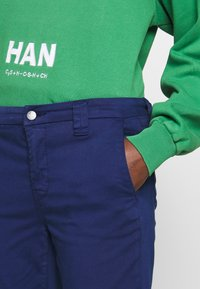 J Brand - PAZ SLIM TAPER MID RISE - Bukser - indigo gloss - 5