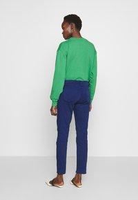 J Brand - PAZ SLIM TAPER MID RISE - Bukser - indigo gloss - 2