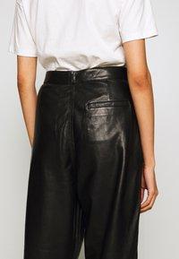 J Brand - NILA PLEATED TROUSER - Straight leg jeans - black - 3
