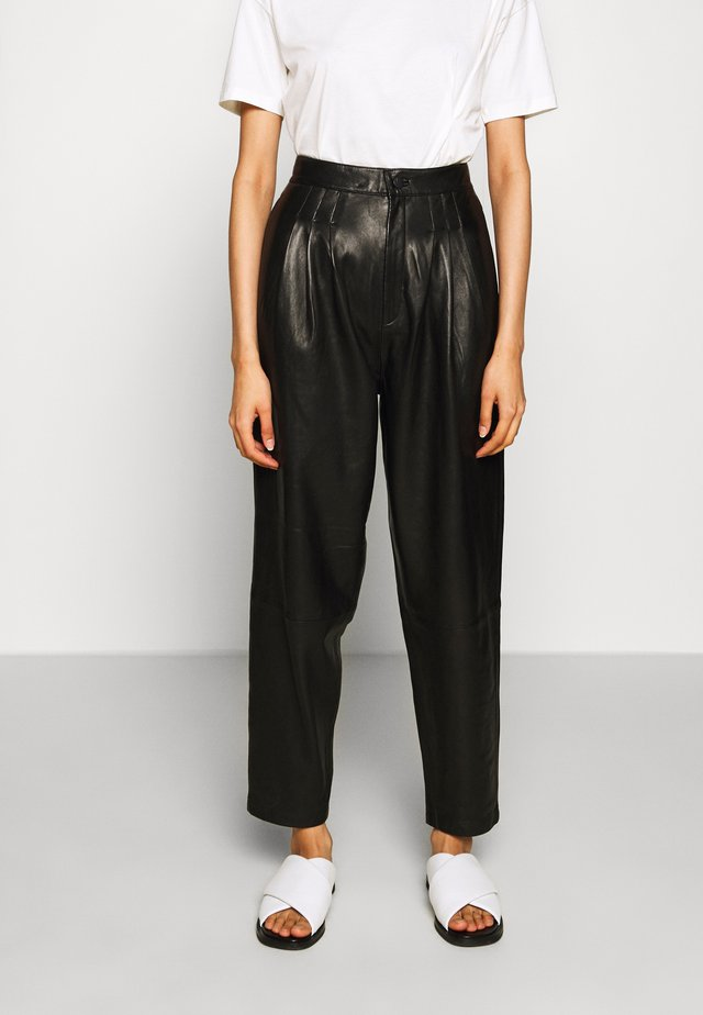 NILA PLEATED TROUSER - Jeans Straight Leg - black