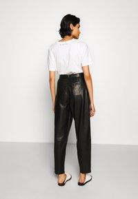 J Brand - NILA PLEATED TROUSER - Straight leg jeans - black - 2