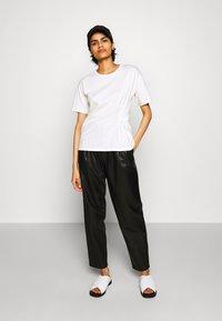 J Brand - NILA PLEATED TROUSER - Straight leg jeans - black - 1