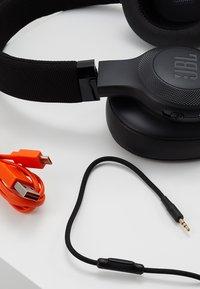JBL - E55 AROUND-EAR HEADPHONE - Høretelefoner - black - 5