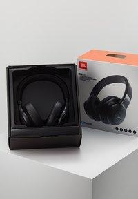 JBL - E55 AROUND-EAR HEADPHONE - Høretelefoner - black - 3