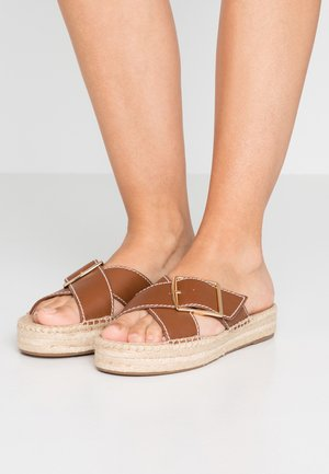 CROSS WITH BUCKLE - Mules - burnished pecan
