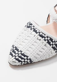 J.CREW - MARINA WITH ANKLE STRAP - Sandály - ivory/navy/silver - 2