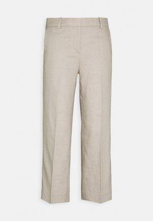 PEYTON PANT IN TRAVELER - Pantalones - flax