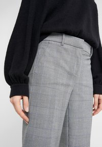 J.CREW - Spodnie materiałowe - black / blue / ivory - 3