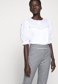 J.CREW - GEORGIE PANT IN GINGHAM WITH BUTTONS - Trousers - navy/ivory - 4