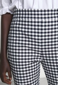 J.CREW - GEORGIE PANT IN GINGHAM WITH BUTTONS - Trousers - navy/ivory - 7